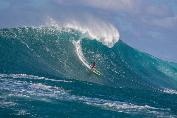 Paige Alms: pushing the limits at Jaws | Photo: Hallman/WSL
