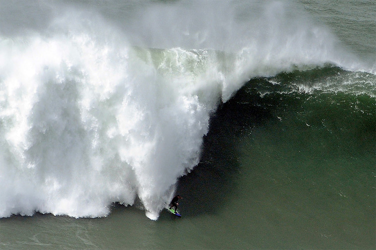Pedro Scooby: chased by giants at Nazaré | Photo: Rafael Riancho
