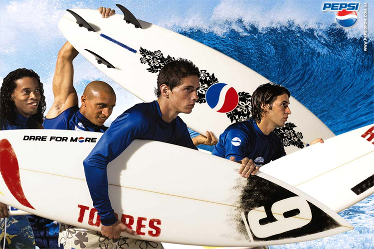 Pepsi: Ronaldinho, Roberto Carlos, Raúl, Fernando Torres and friends go surfing with a ball