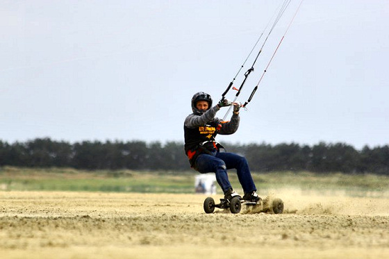 Land kiteboarding: watch the speed limits