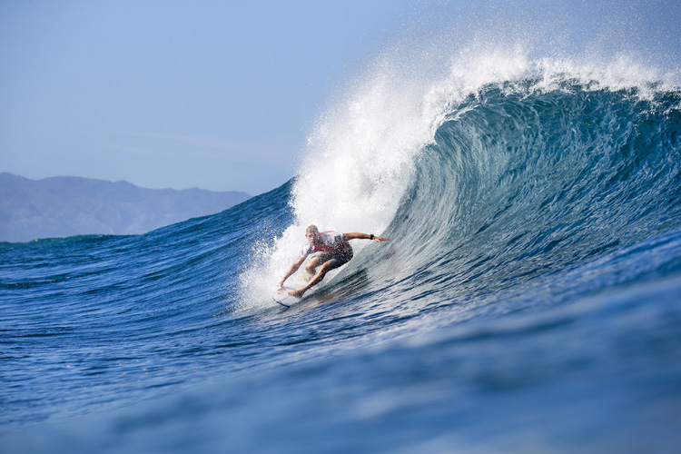 Pipeline: take off fast, and pull in | Photo: Cestari/WSL