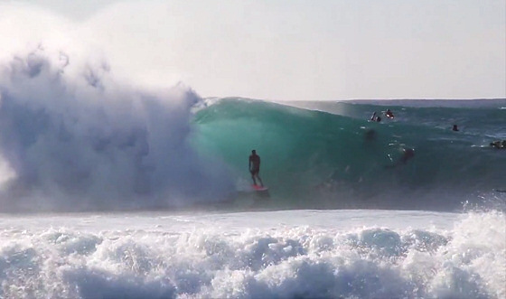 Pipeline: the mist and the surfer on a perfect day of surfing