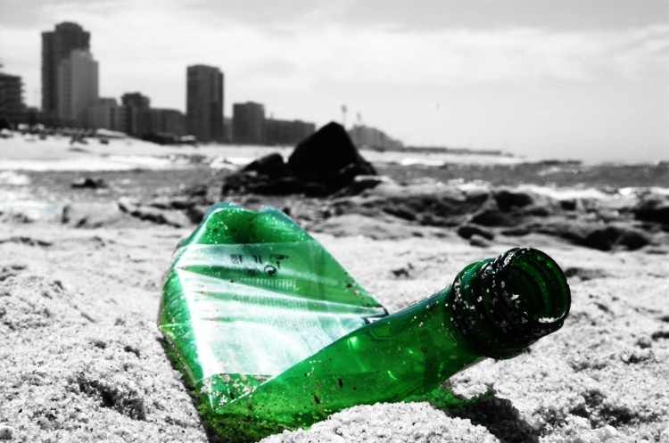Plastics: take three pieces of rubbish when you visit a beach | Photo: Antonio Foncubierta/Creative Commons