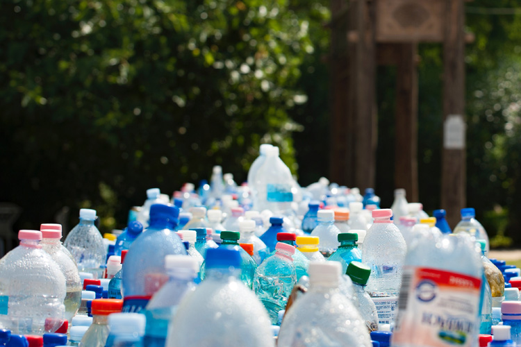 Plastic bottles: ban single-use plastics | Photo: Creative Commons