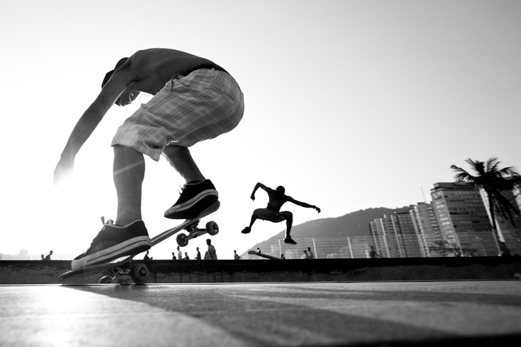 Pop shove-it: an intermediate skateboarding trick with many variations | Photo: Shutterstock