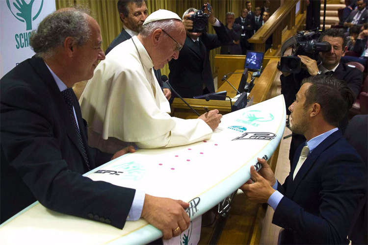 Pope Francis: he is ready to hit the surf | Photo: L'Osservatore Romano