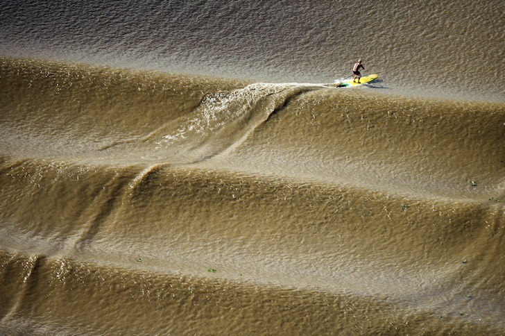 Pororoca: surfing the endless wave