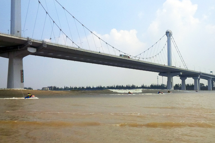 Qiantang River: the Silver Dragon arrives | Photo: Red Bull Qiantang Surfing Shoot Out