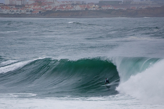 Taylor Knox tries Lagido near Supertubos