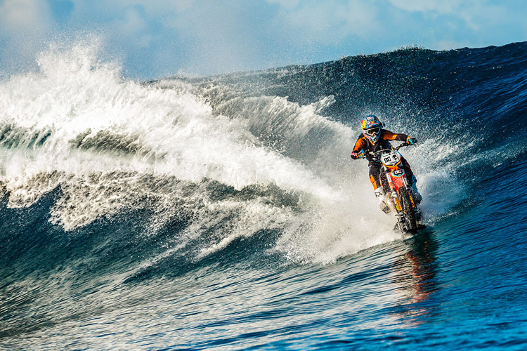 Robbie Maddison: motorsurfing in Teahupoo | Photo: DC Shoes