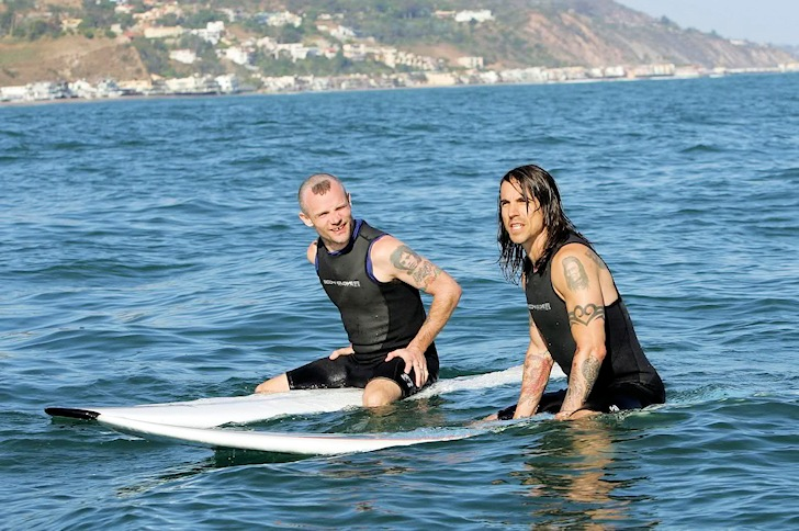 Anthony Kiedis and Flea: rock stars do not respect wave priority in surfing