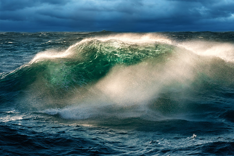 Freak waves: nonsurfable, solitary waves that can be found  off the coast of South Africa and in the Atlantic Ocean | Photo: Shutterstock