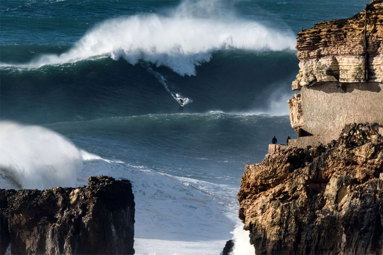 Ross Clarke-Jones: going left at Praia do Norte | Photo: Correia/WSL