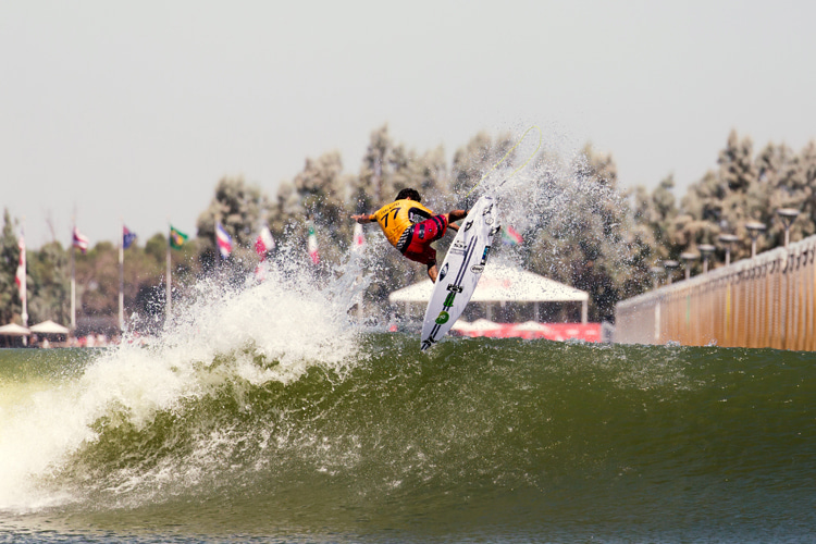 Filipe Toledo: showing off his sharp, wave pool air game | Photo: WSL