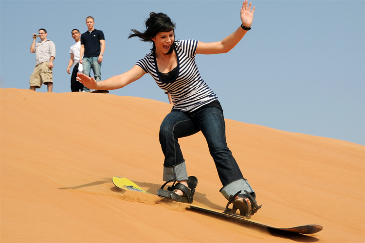 Sandboarding: keep your body weight on your back foot | Photo: Creative Commons