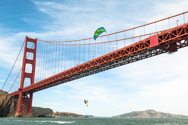 San Francisco: kiteboarding under the Golden Gate Bridge | Photo: Red Bull