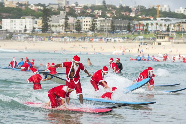 Bondi Beach: 320 Santa surfers invade the line-up | Photo: RedBalloon