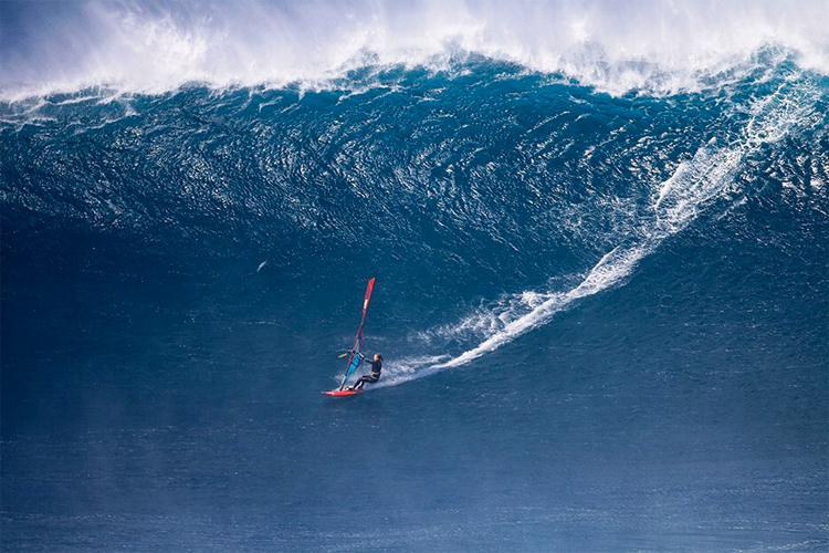 Sarah Hauser: the biggest wave ever ridden by a female windsurfer | Photo: Erik Aeder