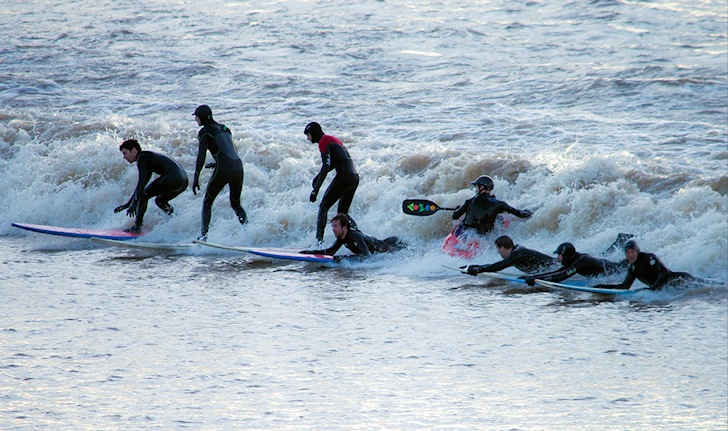 Severne River: surfers discuss their favorite tea in the surf | Photo: Jason Potter/thesevernbore.co.uk