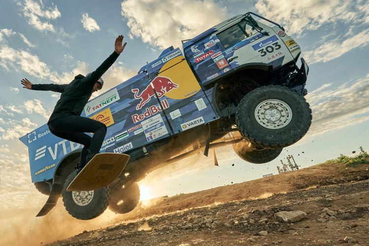 Nikita Martyanov: the Russian wakeboarder gets towed by Anton Shibalov's Kamaz truck | Photo: Red Bull
