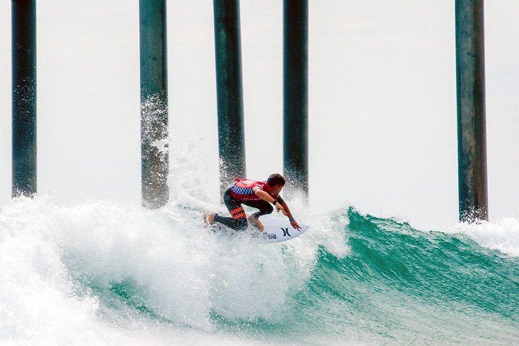 Shooting the pier: exciting and dangerous | Photo: US Open of Surfing/Michael Lallande