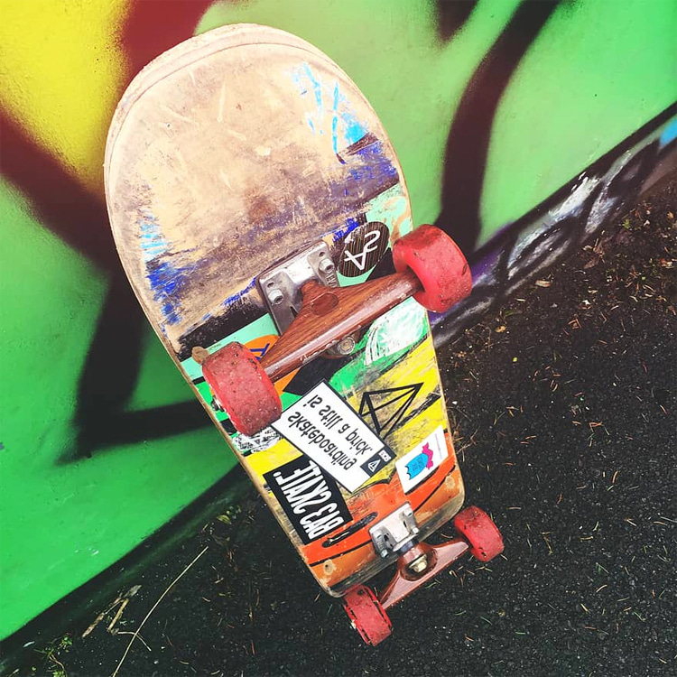 Skateboard stickers: an extra layer of protection for the deck's bottom | Photo: Creative Commons