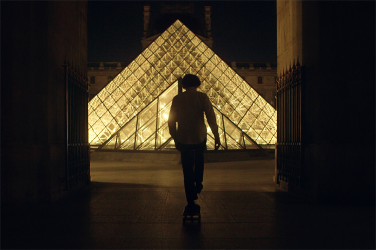Tristan Helias: the first skateboarder to ride the galleries of the Louvre Museum | Photo: Troude/Helias
