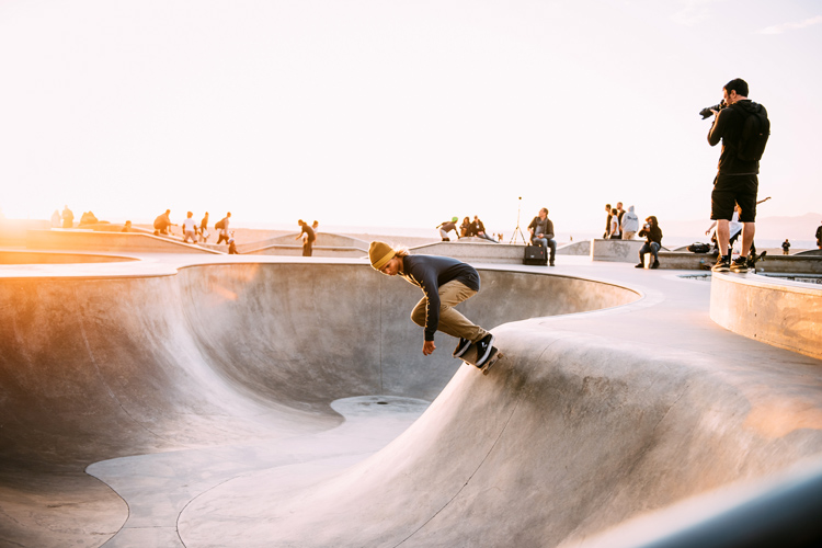 Skateboarding: riding the streets will improve your surfing | Photo: Whittaker/Creative Commons
