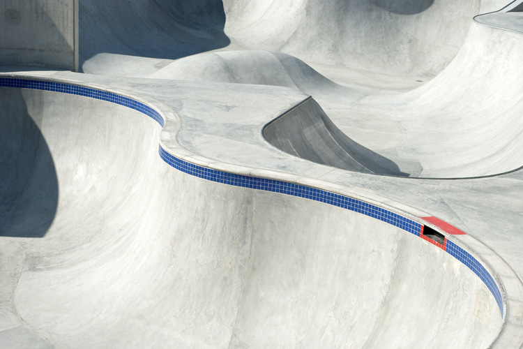 Skate bowls: a pool of cement curves and corners | Photo: Shutterstock