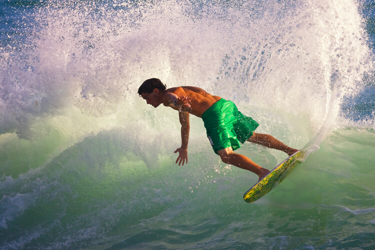 Skimboarding: wave and flatland skimboarding tricks were inspired in surfing and skateboarding maneuvers | Photo: Shutterstock