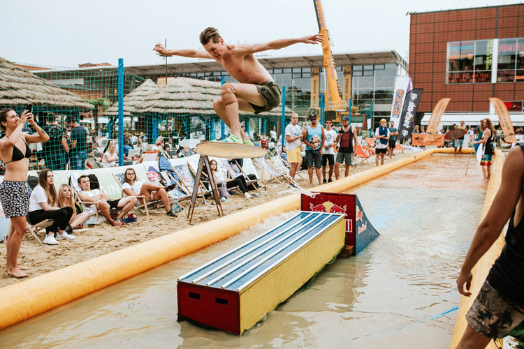 Red Bull Skim It: the contest takes place in an artificial beach in Lodz | Photo: Red Bull