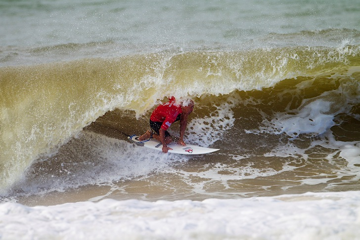 Kelly Slater: barreled in brown waters | Photo: ASP/Kirstin