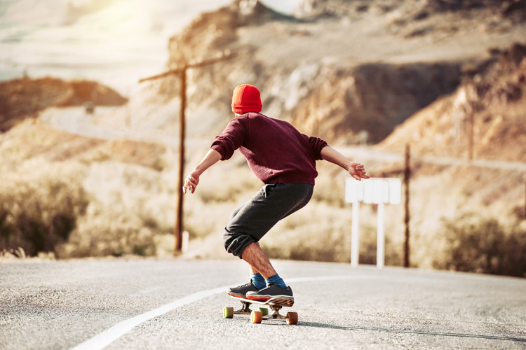 Skateboarding: beginner skater must know how to slow down and stop on a skateboard before everything else | Photo: Shutterstock