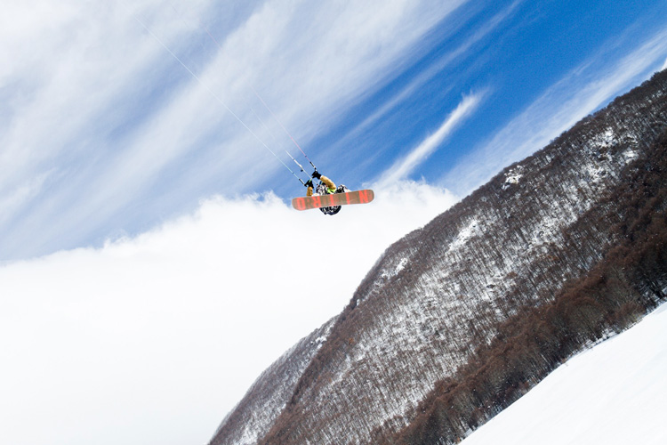 Snow kiters challenged the mountains of the Alto Sangro
