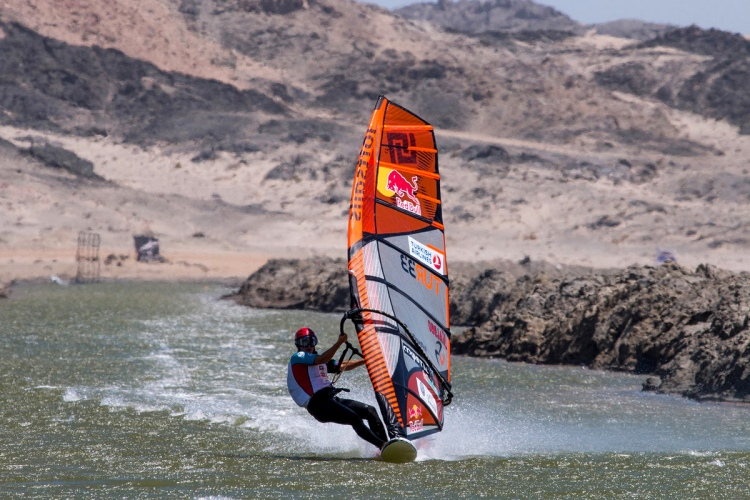 Speed windsurfing: find your optimal stance | Photo: Red Bull