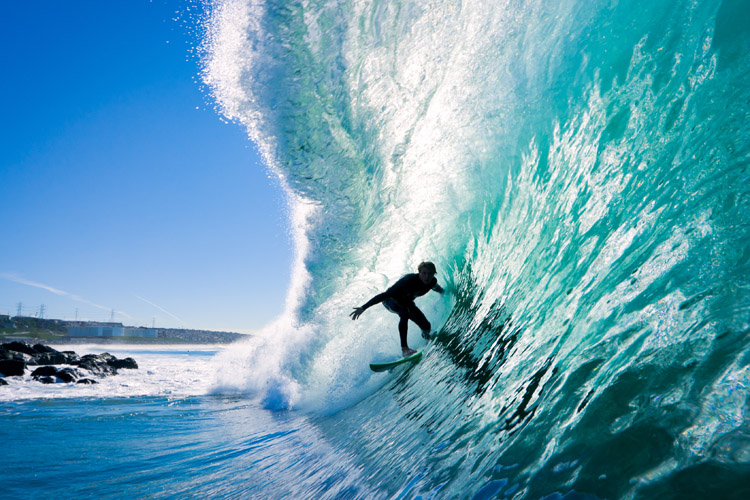 Tube riding: use your arms and hands to match the speed of the barrel | Photo: Shutterstock