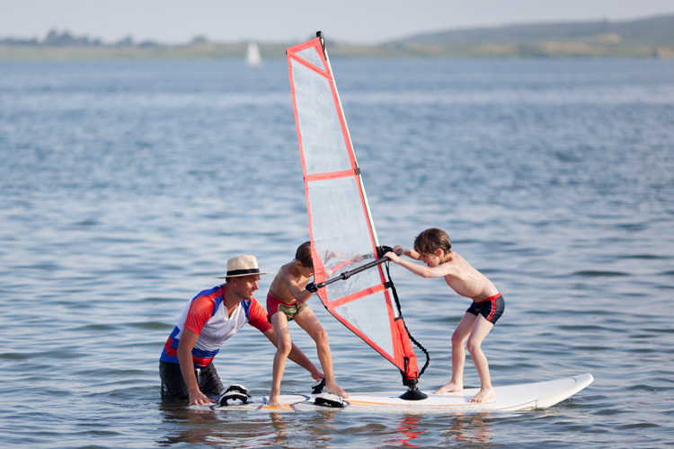 Windsurfing: learn to start in a sheltered body of water | Photo: Shutterstock