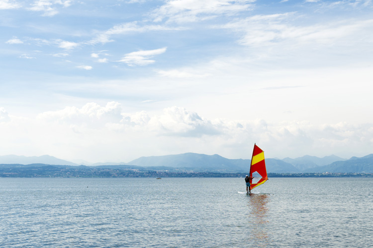 Windsurfing: start sailing in a lake or sheltered bay | Photo: Shutterstock