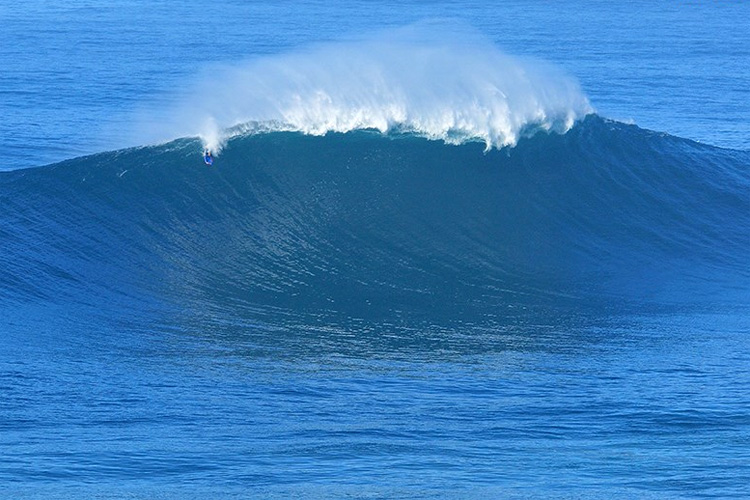Mike Stewart: dropping in the blue abyss of Nazaré | Photo: Estrelinha/APB