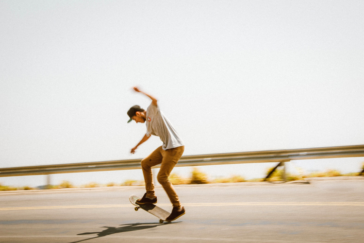 Stopping a skateboard: learning this technique will help you get barreled in surfing | Photo: Mendes/Creative Commons