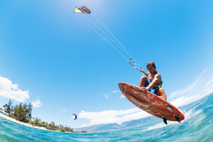 Strapless kitesurfing: the freedom to race, jump, and ride waves whenever you want | Photo: Shutterstock