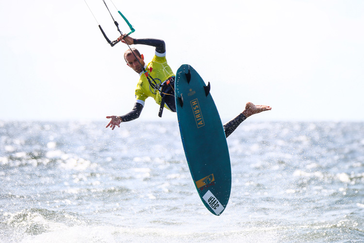 Strapless kitesurfing: master the basic tricks and maneuvers | Photo: GKA