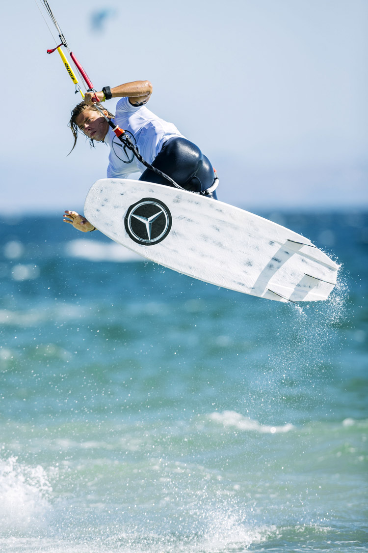Strapless kitesurfing: learn how to pop and turn the board | Photo: GKA