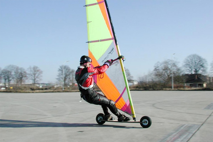 Street windsurfing: always wear a helmet, elbow and knee pads | Photo: windscooting.com