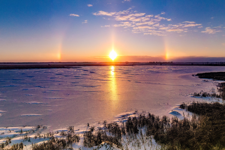 Sun dogs: colored luminous spots appearing on either side of the Sun | Photo: Shutterstock