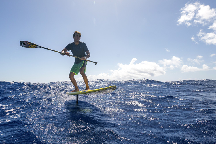SUP Foiling: paddling a hydrofoil board | Photo: Shutterstock