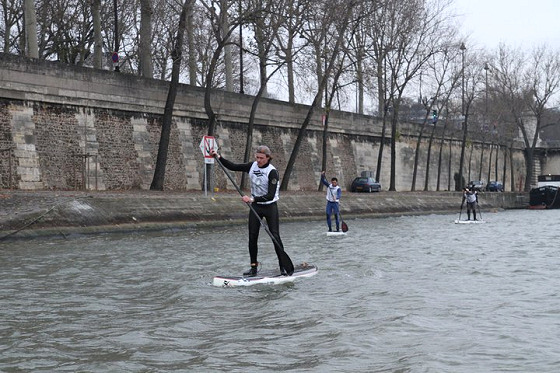 SUP in Paris: freezing cold