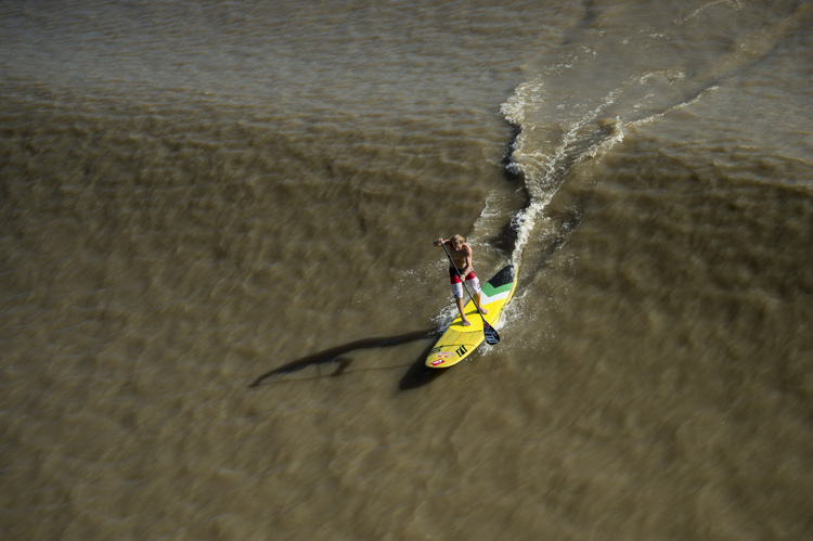 SUP Surfing: ride the waves and perform classic tricks | Photo: Maragni/Red Bull