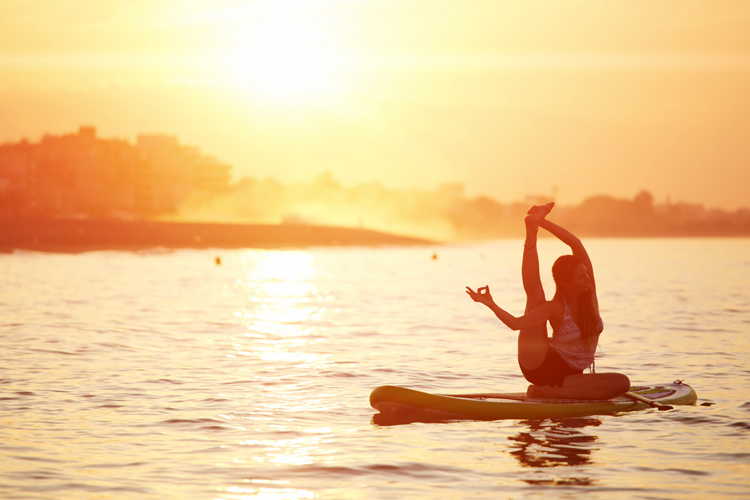 SUP Yoga: the benefits of stand up paddle yoga are endless | Photo: Shutterstock