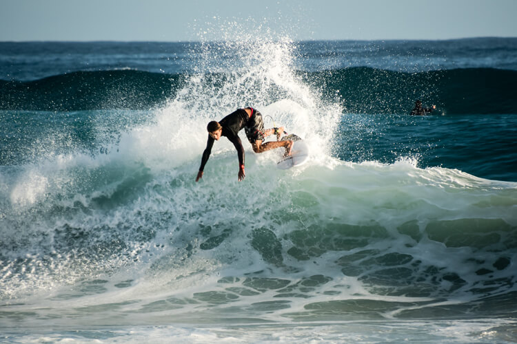 Surf breaks: the most predictable beaches have either a rocky bottom or a coral reef | Photo: Jason Jacobs/Creative Commons